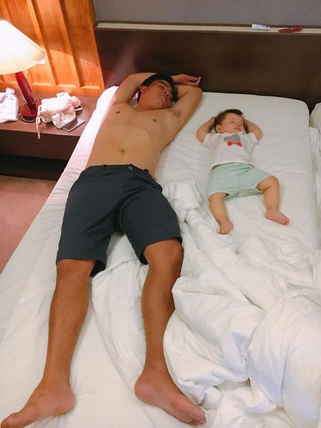 """Các mẹ thi nhau khoe ảnh chứng minh mình """"đẻ thuê"""", đến dáng ngủ con cũng giống bố như đúc - Ảnh 2."""