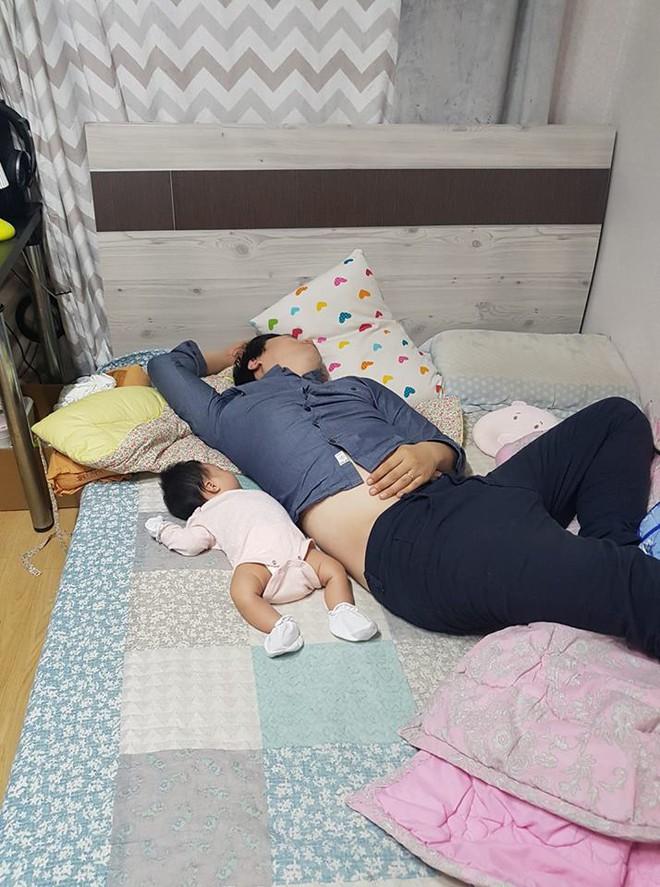 """Các mẹ thi nhau khoe ảnh chứng minh mình """"đẻ thuê"""", đến dáng ngủ con cũng giống bố như đúc - Ảnh 7."""