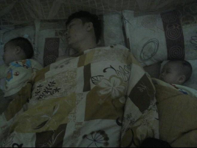 """Các mẹ thi nhau khoe ảnh chứng minh mình """"đẻ thuê"""", đến dáng ngủ con cũng giống bố như đúc - Ảnh 9."""