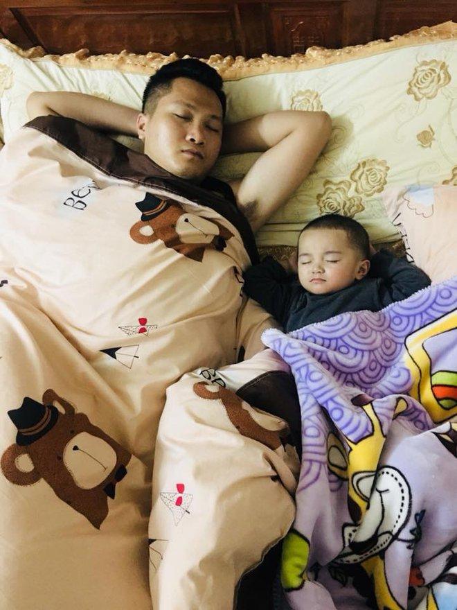 """Các mẹ thi nhau khoe ảnh chứng minh mình """"đẻ thuê"""", đến dáng ngủ con cũng giống bố như đúc - Ảnh 13."""