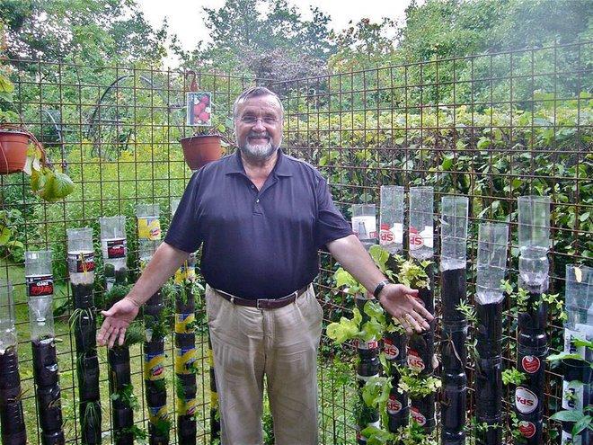 Câu chuyện trồng rau sạch từ chai và thùng nhựa bỏ đi của vị giáo sư Đại học sau khi về hưu - Ảnh 10.