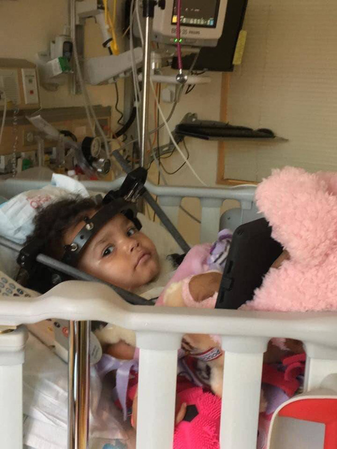 Bé gái bị tổn thương cột sống, tê liệt chỉ vì sai lầm của mẹ khi đặt con vào ghế ngồi ô tô - Ảnh 3.