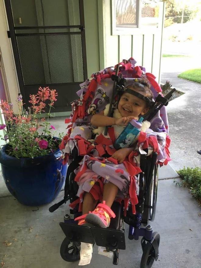 Bé gái bị tổn thương cột sống, tê liệt chỉ vì sai lầm của mẹ khi đặt con vào ghế ngồi ô tô - Ảnh 4.
