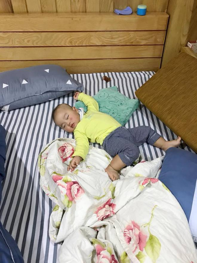 """Cười bể bụng với loạt ảnh các mẹ khoe dáng ngủ """"bá đạo"""" của con - Ảnh 2."""
