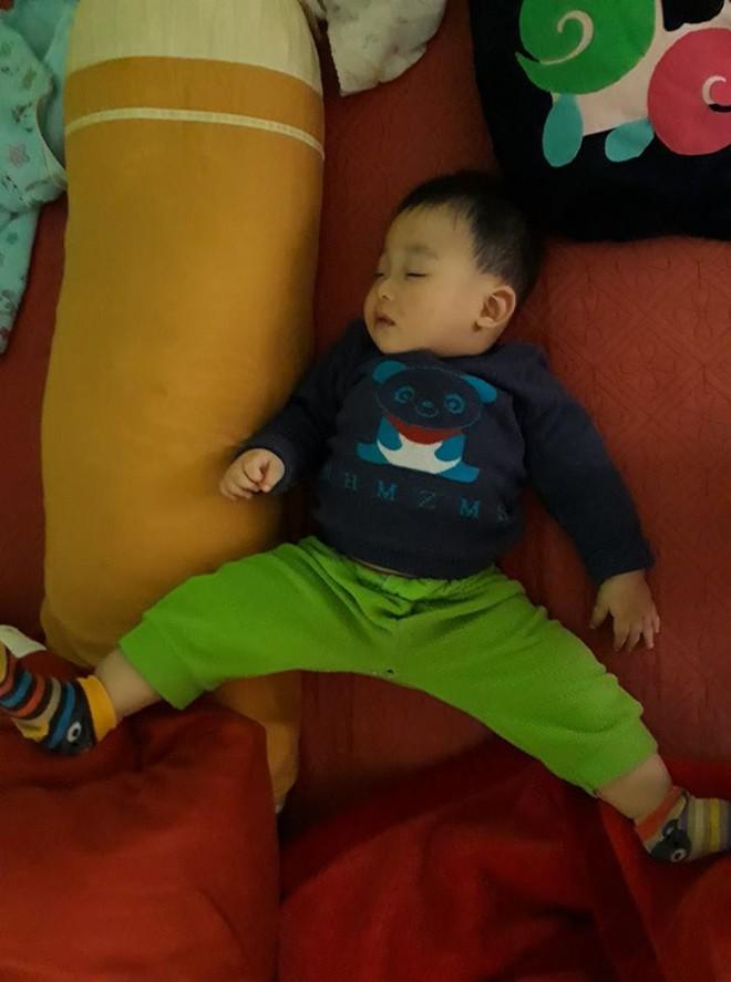 """Cười bể bụng với loạt ảnh các mẹ khoe dáng ngủ """"bá đạo"""" của con - Ảnh 24."""