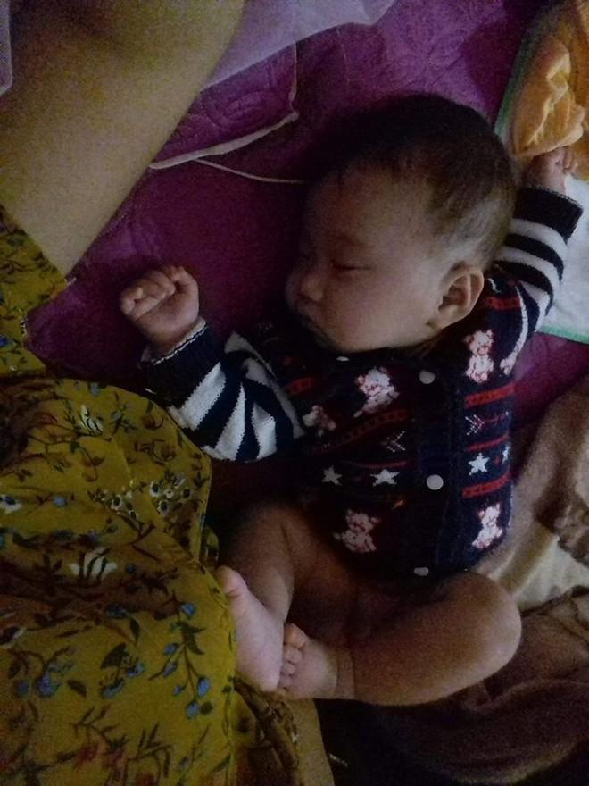 """Cười bể bụng với loạt ảnh các mẹ khoe dáng ngủ """"bá đạo"""" của con - Ảnh 31."""