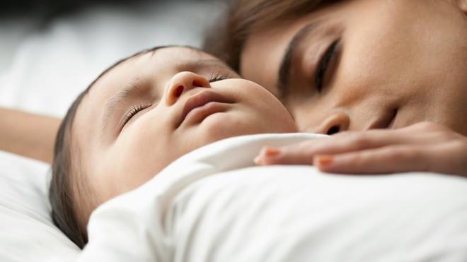 Bé hay thức giấc giữa đêm mà không ngủ liền mạch, có thể là do những nguyên nhân này - Ảnh 2.