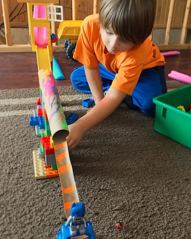 Cuối tuần rồi, đặt điện thoại sang một bên và chơi với con những trò thú vị này - Ảnh 1.