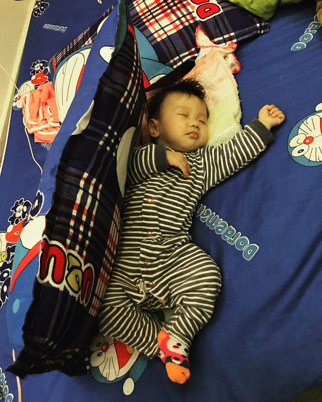 Học lỏm bí quyết mẹ trẻ rèn con tự ngủ từ 1 tháng tuổi, chăm một lúc hai con nhỏ vẫn nhàn tênh - Ảnh 2.