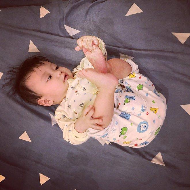 Học lỏm bí quyết mẹ trẻ rèn con tự ngủ từ 1 tháng tuổi, chăm một lúc hai con nhỏ vẫn nhàn tênh - Ảnh 6.