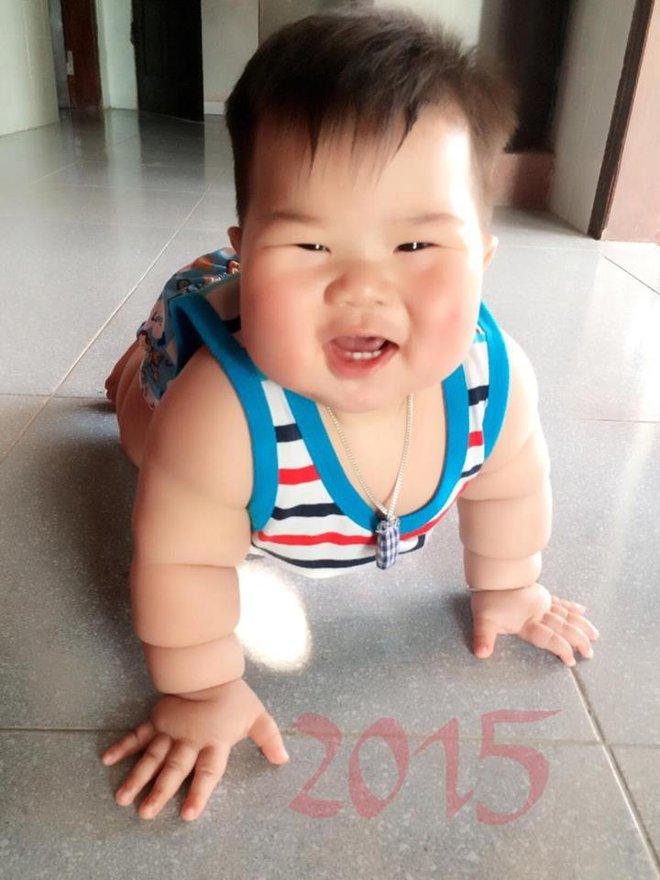 Cậu bé bú sữa mẹ hoàn toàn, 8 tháng nặng 16kg, tay chân đầy ngấn - Ảnh 5.