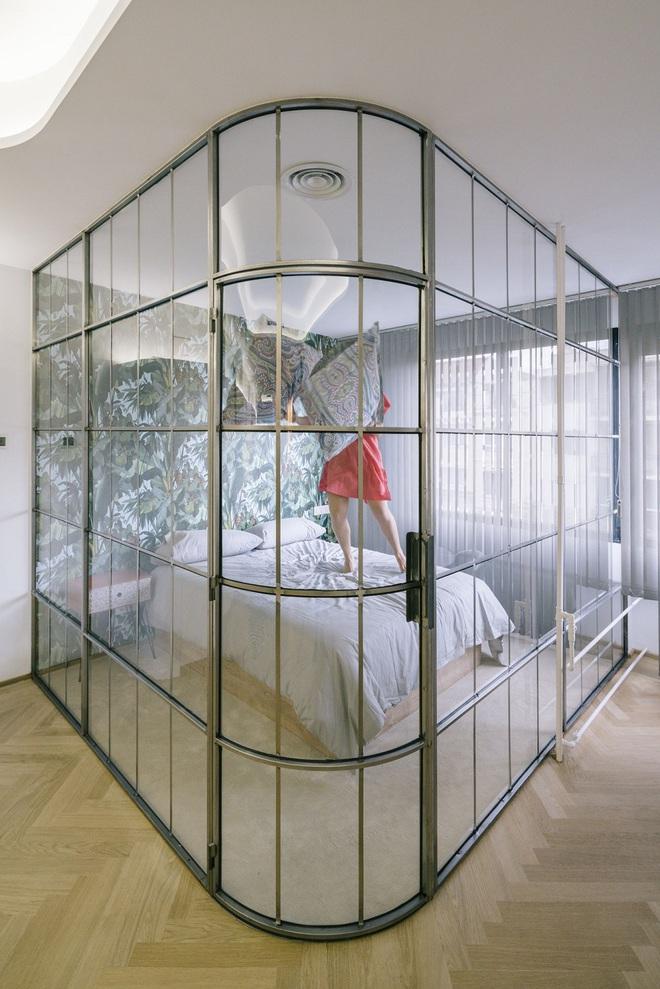 Nhờ ứng dụng tài tình chất liệu kính vào không gian sống, ngôi nhà của cô gái này khiến ai cũng trầm trồ   - Ảnh 10.