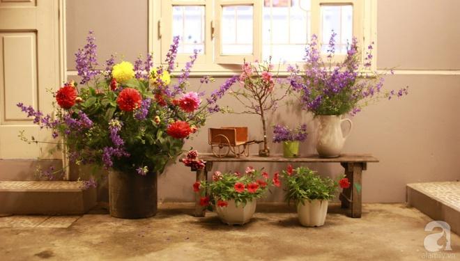Ngôi nhà phố góc nào cũng xinh xắn và lãng mạn với hoa tươi của người phụ nữ Hà Thành - Ảnh 2.