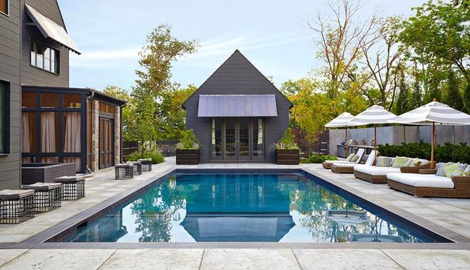 Những ngôi nhà sở hữu bể bơi ngoài trời đẹp đến lịm tim - Ảnh 1.