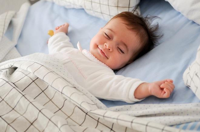 Bé trai 10 tháng tuổi tử vong vì nằm sấp khi ngủ - cảnh báo bố mẹ đặt trẻ ngủ không đúng tư thế - Ảnh 2.