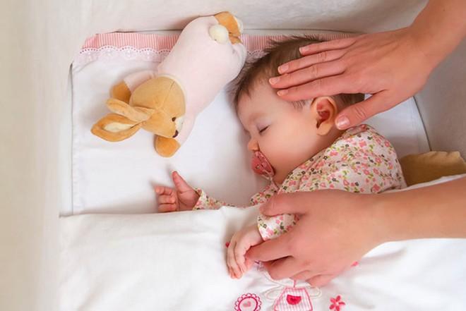Bé trai 10 tháng tuổi tử vong vì nằm sấp khi ngủ - cảnh báo bố mẹ đặt trẻ ngủ không đúng tư thế - Ảnh 3.