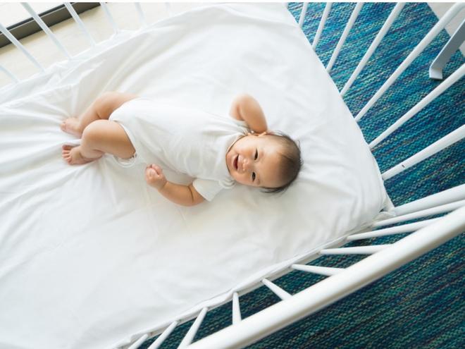 Bé trai 10 tháng tuổi tử vong vì nằm sấp khi ngủ - cảnh báo bố mẹ đặt trẻ ngủ không đúng tư thế - Ảnh 4.