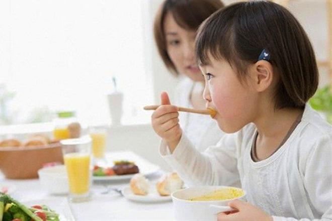 6 nguyên tắc áp dụng ngay khi con bắt đầu ăn dặm để nuôi dưỡng những đứa trẻ ham ăn - Ảnh 2.