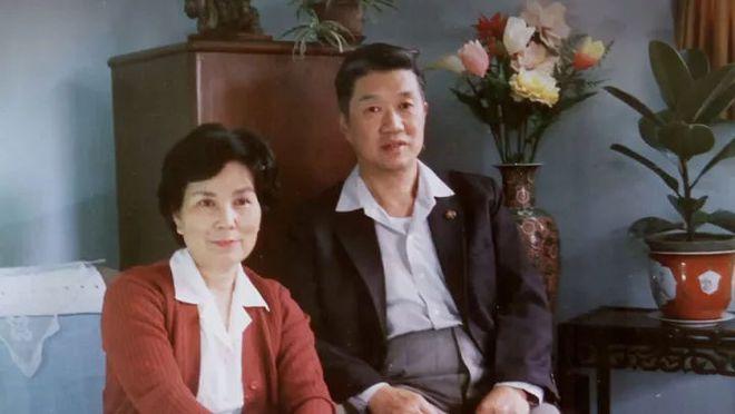 Cảm động trước mối tình già vợ mắc bệnh Alzheimer, chồng ân cần chăm sóc mỗi ngày - Ảnh 1.