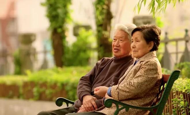 Cảm động trước mối tình già vợ mắc bệnh Alzheimer, chồng ân cần chăm sóc mỗi ngày - Ảnh 2.