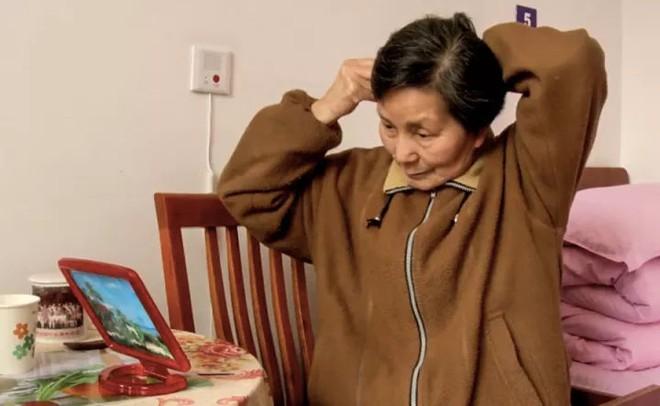 Cảm động trước mối tình già vợ mắc bệnh Alzheimer, chồng ân cần chăm sóc mỗi ngày - Ảnh 3.