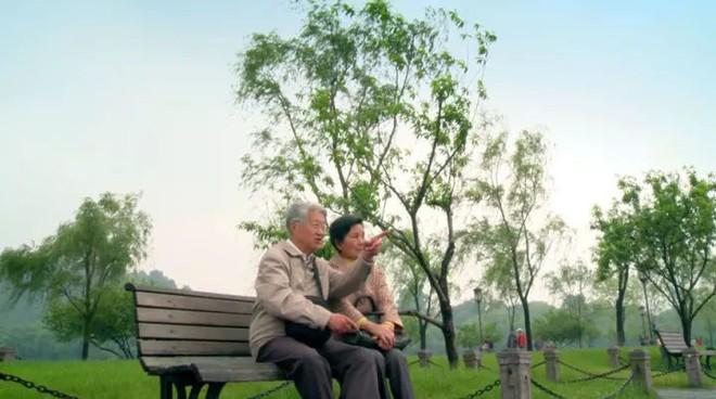 Cảm động trước mối tình già vợ mắc bệnh Alzheimer, chồng ân cần chăm sóc mỗi ngày - Ảnh 5.