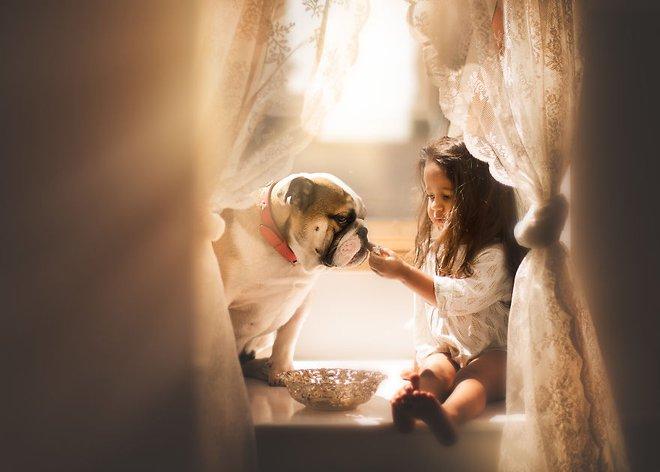 Ngắm những thiên thần bé nhỏ say gấc bên thú cưng đáng yêu - Ảnh 21.