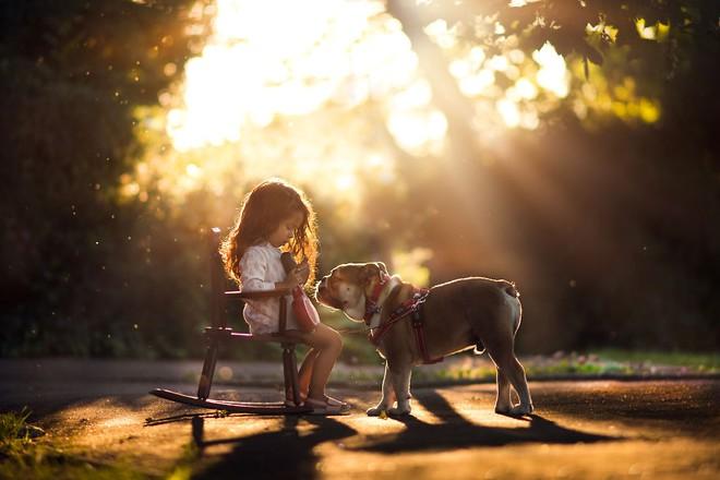 Ngắm những thiên thần bé nhỏ say gấc bên thú cưng đáng yêu - Ảnh 23.