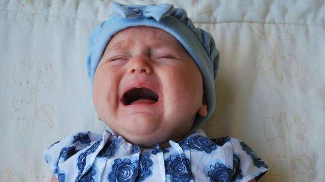 Nhiều bác sĩ Nhi khoa lên tiếng cảnh báo việc để mặc trẻ khóc là cách rèn luyện và giáo dục cực nguy hiểm - Ảnh 1.