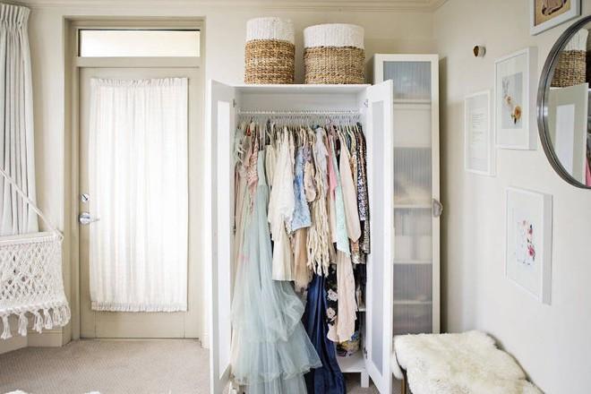 Không gian tưởng chừng như vô dụng dưới đây lại có thể trở thành tủ quần áo chỉ trong vài nốt nhạc - Ảnh 2.