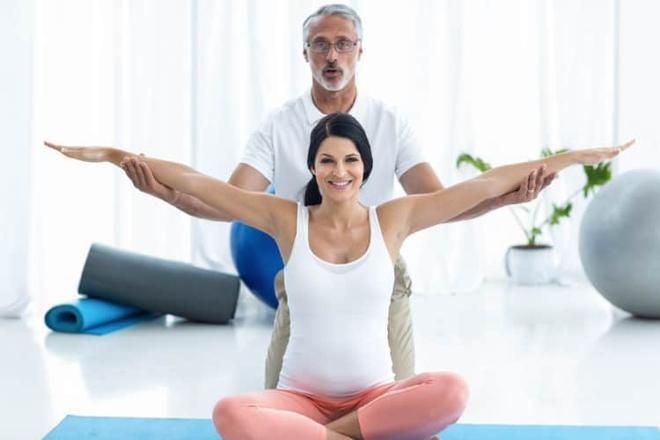 Các phương pháp tự nhiên giúp xoay ngôi thai ngược mẹ bầu nên biết - Ảnh 3.