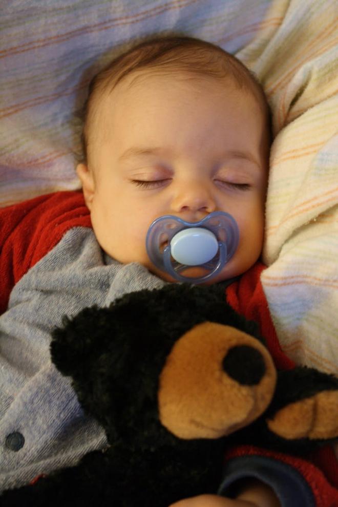 Tuân thủ các nguyên tắc này, bé sơ sinh sẽ ngủ ngon và sâu giấc vào ban đêm - Ảnh 3.