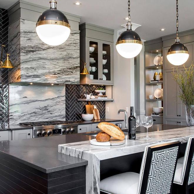Giữa muôn vàn chất liệu khác nhau thì đá cẩm thạch vẫn luôn là lựa chọn hàng đầu cho mặt bàn bếp - Ảnh 1.
