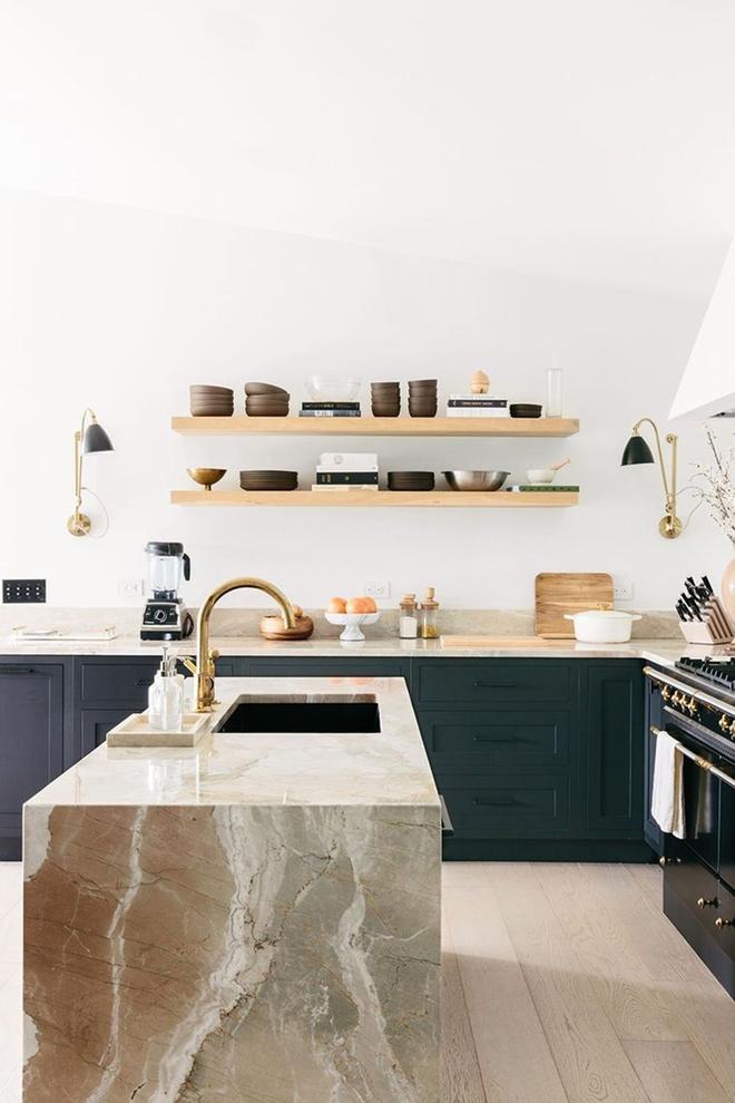 Giữa muôn vàn chất liệu khác nhau thì đá cẩm thạch vẫn luôn là lựa chọn hàng đầu cho mặt bàn bếp - Ảnh 4.