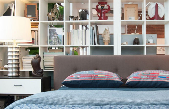 Sử dụng vách ngăn bằng đồ nội thất hoặc đồ trang trí đang là xu hướng mới để tạo không gian mở cho ngôi nhà - Ảnh 2.
