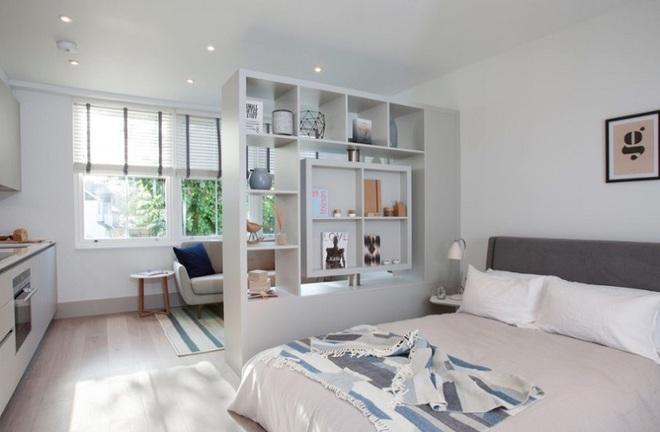 Sử dụng vách ngăn bằng đồ nội thất hoặc đồ trang trí đang là xu hướng mới để tạo không gian mở cho ngôi nhà - Ảnh 3.