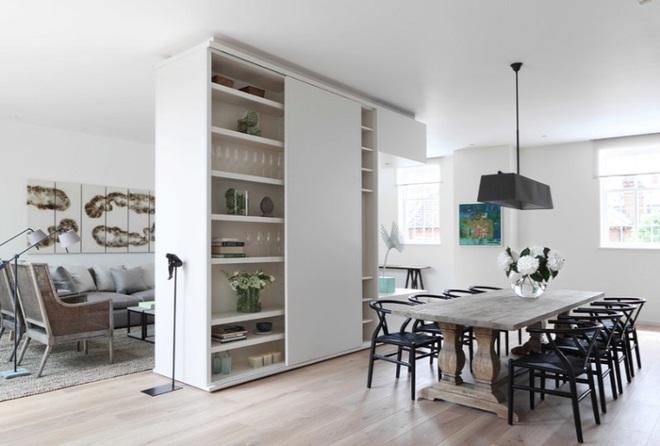 Sử dụng vách ngăn bằng đồ nội thất hoặc đồ trang trí đang là xu hướng mới để tạo không gian mở cho ngôi nhà - Ảnh 4.