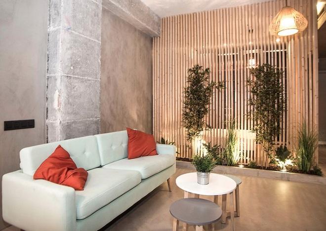 Sử dụng vách ngăn bằng đồ nội thất hoặc đồ trang trí đang là xu hướng mới để tạo không gian mở cho ngôi nhà - Ảnh 12.