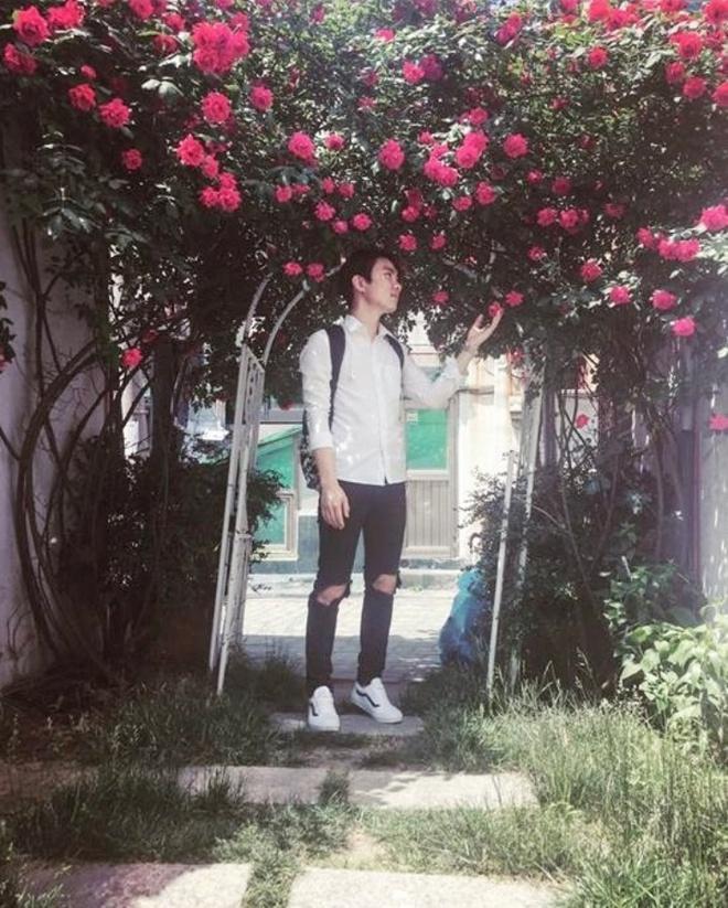 Mê đắm trước cổng nhà rực rỡ hoa hồng ở ngôi nhà thuê của chàng trai 9x - Ảnh 2.