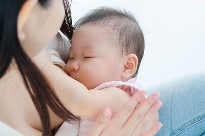 Thấy con cứ sụt cân sau khi sinh dù vẫn cho bú đầy đủ, bà mẹ bất ngờ khi biết nguyên nhân - Ảnh 8.