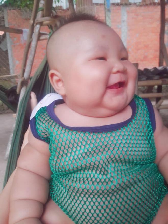 Cậu bé 3 tháng tuổi tròn lẳn như Phật Di Lặc khiến các mẹ mê mệt hóa ra chỉ nuôi bằng sữa mẹ hoàn toàn - Ảnh 1.