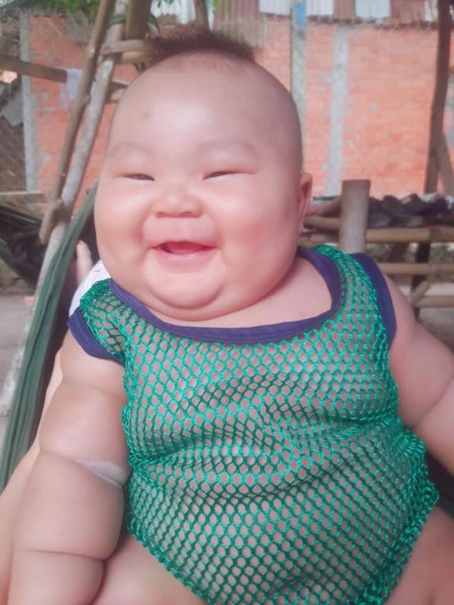 Cậu bé 3 tháng tuổi tròn lẳn như Phật Di Lặc khiến các mẹ mê mệt hóa ra chỉ nuôi bằng sữa mẹ hoàn toàn - Ảnh 2.