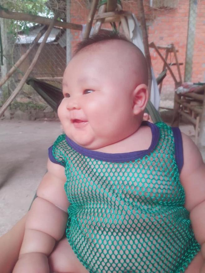 Cậu bé 3 tháng tuổi tròn lẳn như Phật Di Lặc khiến các mẹ mê mệt hóa ra chỉ nuôi bằng sữa mẹ hoàn toàn - Ảnh 3.