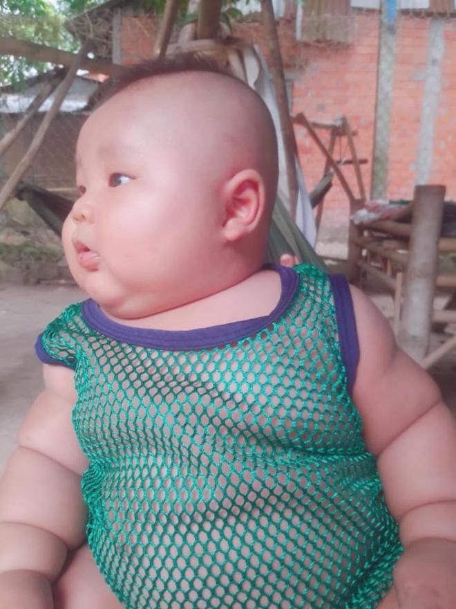 Cậu bé 3 tháng tuổi tròn lẳn như Phật Di Lặc khiến các mẹ mê mệt hóa ra chỉ nuôi bằng sữa mẹ hoàn toàn - Ảnh 5.