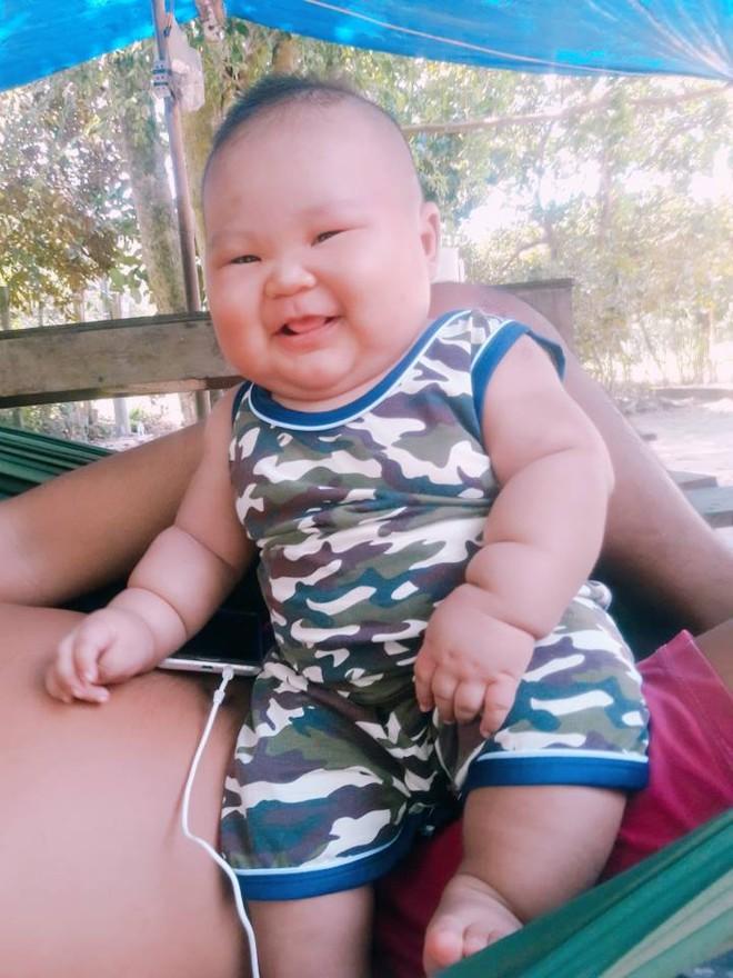 Cậu bé 3 tháng tuổi tròn lẳn như Phật Di Lặc khiến các mẹ mê mệt hóa ra chỉ nuôi bằng sữa mẹ hoàn toàn - Ảnh 7.