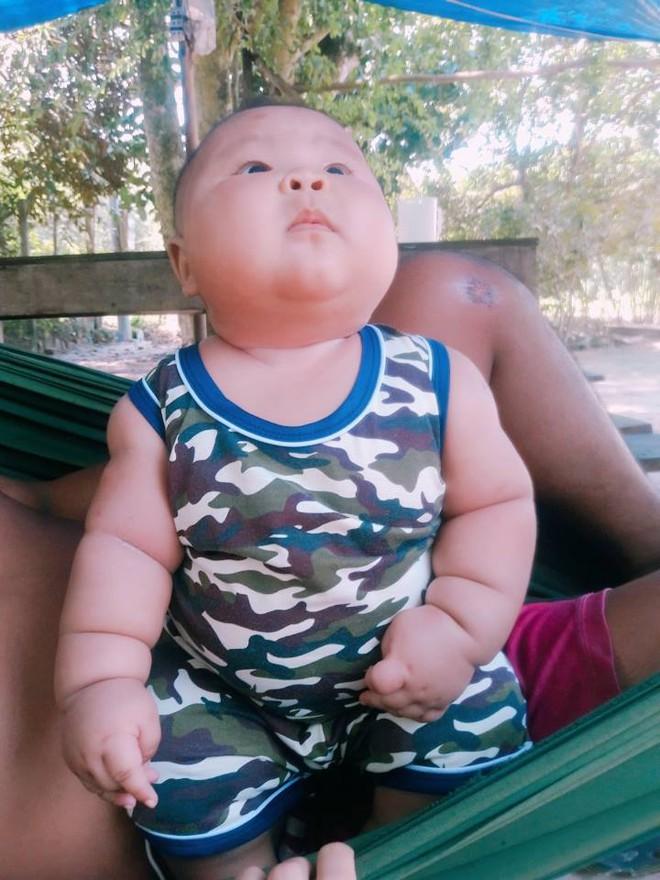 Cậu bé 3 tháng tuổi tròn lẳn như Phật Di Lặc khiến các mẹ mê mệt hóa ra chỉ nuôi bằng sữa mẹ hoàn toàn - Ảnh 8.