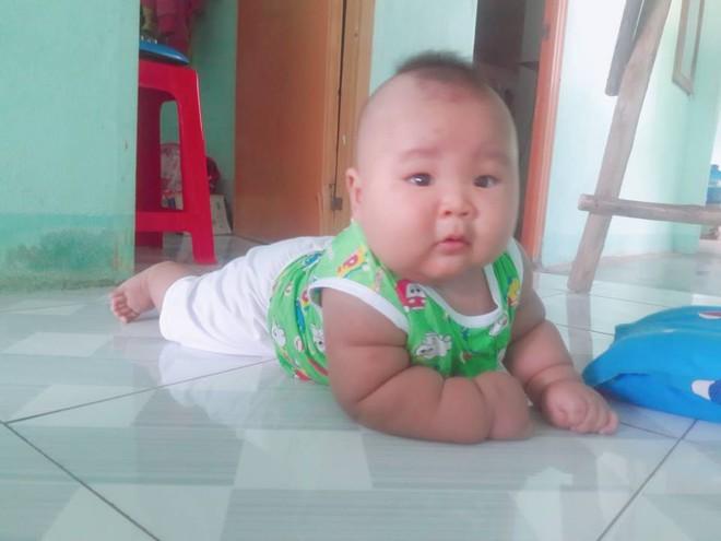 Cậu bé 3 tháng tuổi tròn lẳn như Phật Di Lặc khiến các mẹ mê mệt hóa ra chỉ nuôi bằng sữa mẹ hoàn toàn - Ảnh 9.