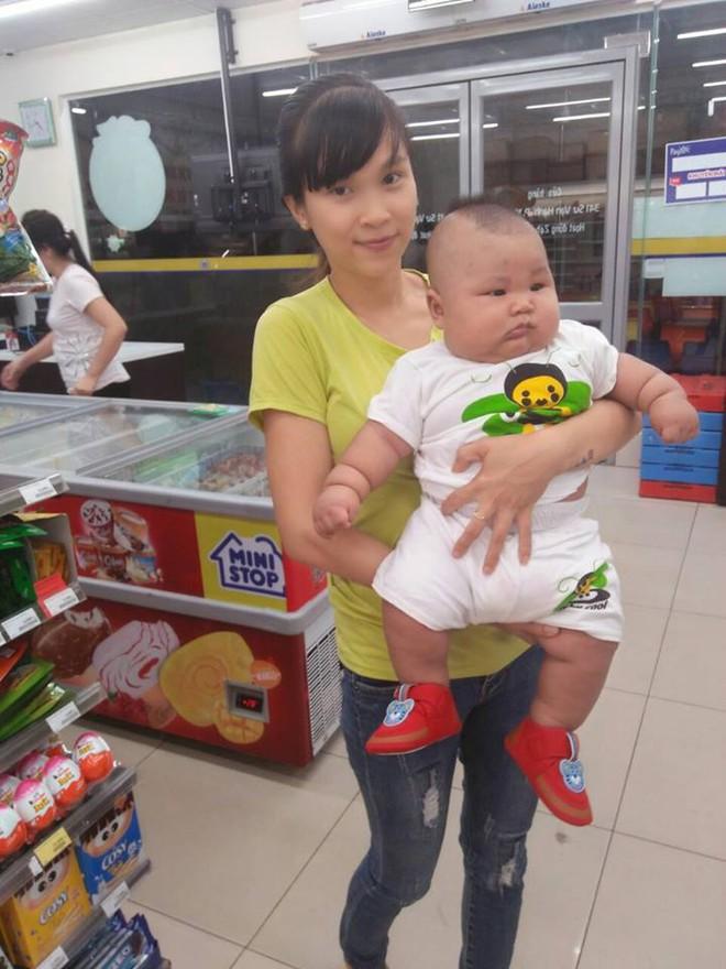 Cậu bé 3 tháng tuổi tròn lẳn như Phật Di Lặc khiến các mẹ mê mệt hóa ra chỉ nuôi bằng sữa mẹ hoàn toàn - Ảnh 10.