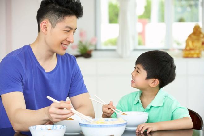 Giáo viên Montessori mách bố mẹ 5 nguyên tắc dạy con giúp trẻ tự giác đi vào nề nếp dễ dàng - Ảnh 1.