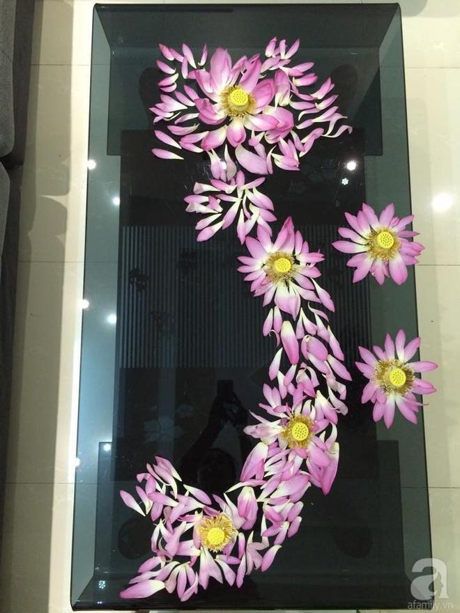 Mê mẩn ngắm những bình hoa sen đẹp tinh tế của người phụ nữ dịu dàng đất Hà Thành - Ảnh 2.